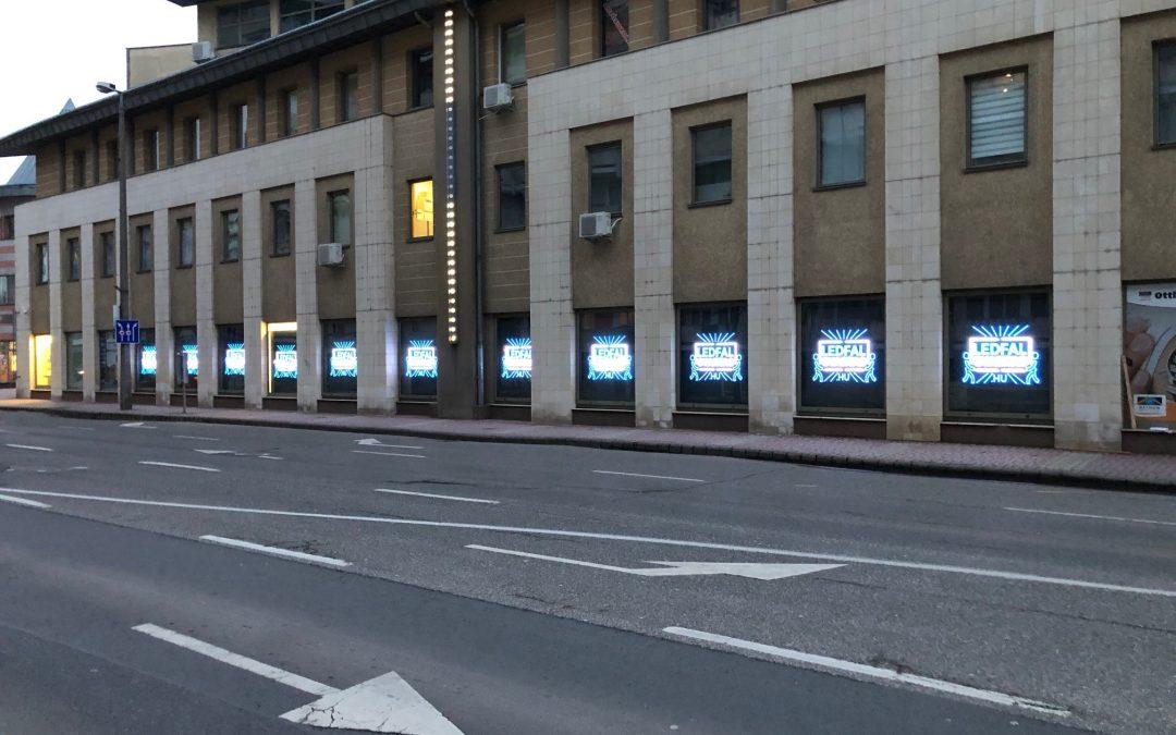 Kirakat LEDfal telepítés Salgótarján Városában